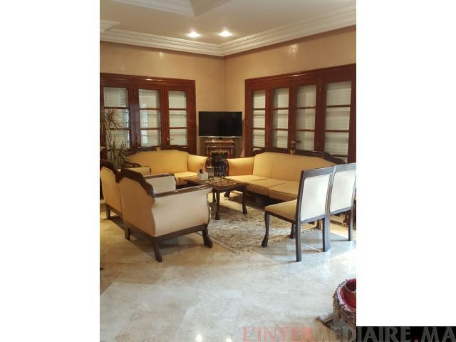 Salon de 4 fauteuils et 3 tables