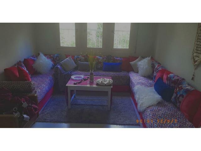 Salon complet avec table artisanat et ta